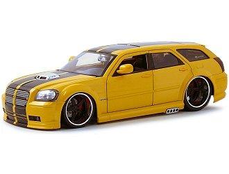 Jada Toys 1:18 2006 Dodge Magnum RT Diecast Model