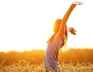 Young woman disfrutando de flores en paja de campo hinchable ...