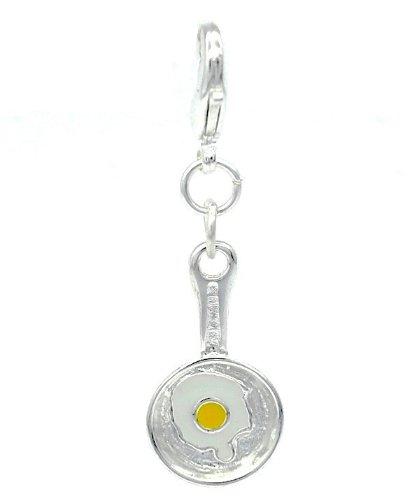 Poêle à œuf au plat dans un clip sur le charme