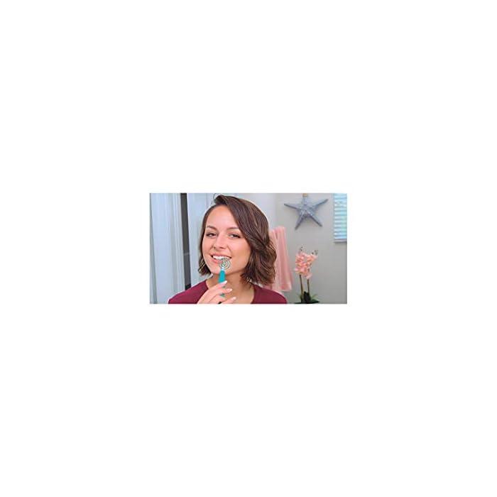 317DNlRCYJS Ultrasonic es el cepillo de dientes con tecnología sónica recomendado para aquellos con problemas de recesión de las encías, ya que es más suave que los modelos de cabeza giratoria. A diferencia de los cepillos de dientes eléctricos tradicionales, los cepillos de dientes sónicos realizan movimientos oscilantes que permiten cepillarse verticalmente según las recomendaciones de los dentistas. El ultrasonido se caracteriza por las cerdas de vibración rápida que limpian los dientes en lugar de un movimiento circular, lo que hace que sea más suave para las encías, ya que elimina la placa dental y los restos de comida.