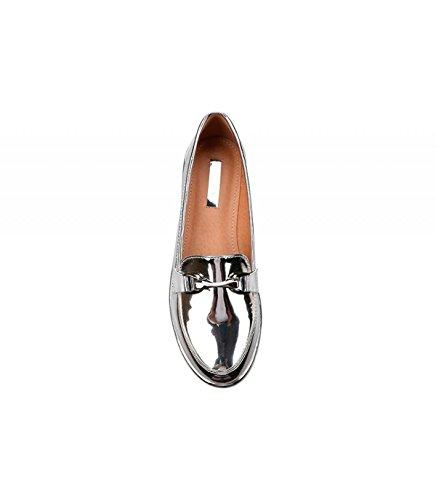 Zapato plano de charol disponible en distintos colores. Detalle metálico en la pala. Puntera redonda. Altura de la suela 3.0 cm. Plata