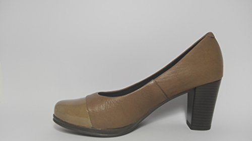 Desiree-Zapatos de salon con puntera de charol- Taupe- Altura tacon 7,5 cm.