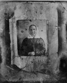 1840s photo Unidentified copy of a daguerreotype portrait of a woman . Vintag f4