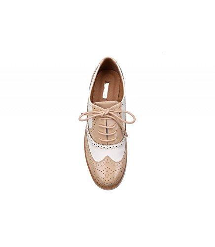 Zapato combinado. Detalle troquelado y brillante. Cierre mediante cordones. Altura de la suela 3 cm. Beige