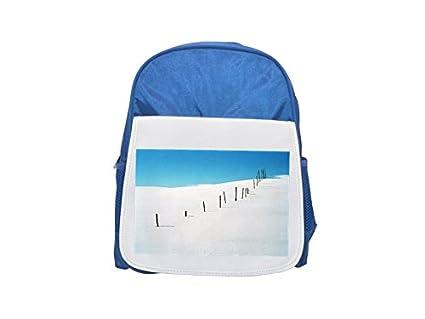 Mochila infantil azul estampada con diseño de bastones en la nieve en las montañas suecas (