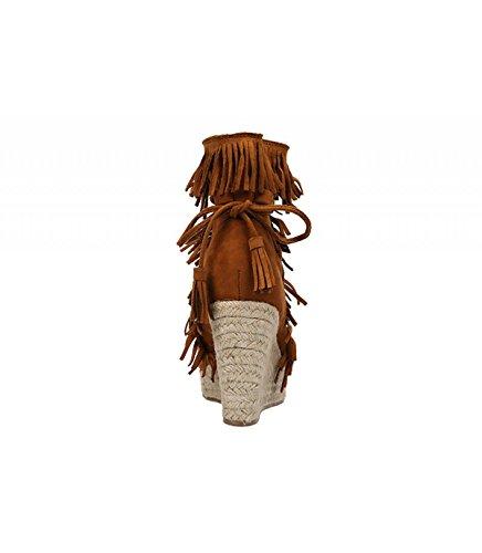 Cuña de yute color camel. Cierre mediante lazada con borlas. Detalle de flecos en la pala. Altura de la cuña 10 cm. Camel