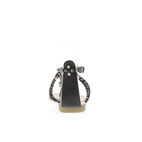 A piedi nudi donna nera con corde e tra dito presso talonette