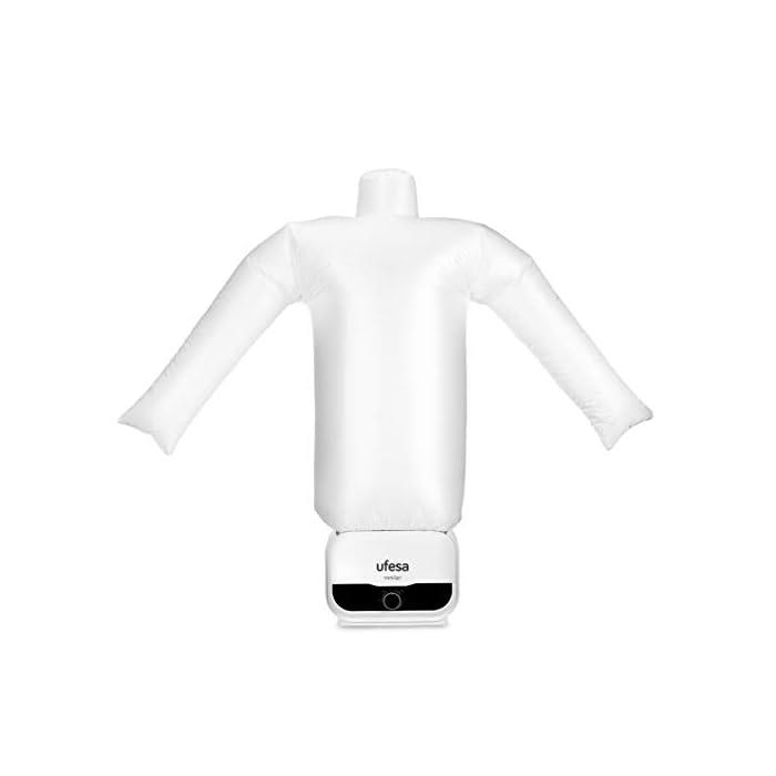 31LLIzSej2L Maniquí de Planchado y Secado Automático de 1200W de potencia.Tiene función 2en1 de secado y planchado de prendas. Elimina arrugas y desodoriza neutralizando olores. Ahorra tiempo y energía, tendrás la ropa seca y planchada en pocos minutos. Tiene temporizador de hasta 3h y la cremallera es ajustable para las tallas S, M, L, XL y XXL. Como accesorio incorpora pinzas de peso para un ajuste perfecto de las prendas. Maniquí de planchado fácil y rápido de montar El maniquí de planchado y secado de ufesa se puede montar de una forma muy fácil y rápida, lo que permite ahorrar tiempo. Es un recurso cómodo, ágil y fácil de utilizar por cualquier miembro de la familia. Cremallera ajustable para tallas S, M, XL, XXL El maniquí se adapta a la talla de camisa o blusa que necesitas, desde una S hasta una XXL. Su sistema de hinchado permite adaptarse a cualquier tipo de camisa, sea grande, mediana o pequeña. Pinzas de peso para un ajuste perfecto Gracias a las pinzas de ajuste, la camisa o la blusa queda perfectamente ajustada al maniquí. De esta forma, evita que se genere ningún tipo de arruga al secar y planchar las prendas, por lo que tiene un resultado profesional. Características destacadas Potencia: 1200W Función 2 en 1: Secado y planchado de prendas Elimina arrugas y desodoriza neutralizando olores Ahorra tiempo y energía: Ropa seca y planchada en pocos minutos Temporizador hasta 3 horas Cremallera ajustable para tallas S, M, L, XL y XXL Accesorios: pinzas de peso para ajuste perfecto de las prendas  Maniquí de planchado