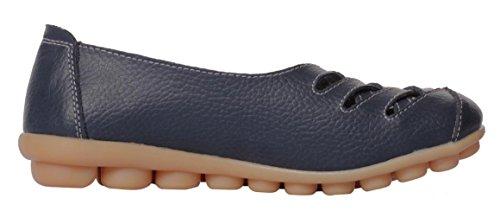 Ruhiger zufälliger Beleg der gelassenen Frauen-Rindleder-flachen auf treibenden Müßiggänger-Schuhen Dunkelblau