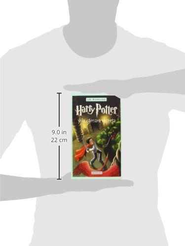 """31M3nVZAmWL Harry Potter y la cámara secreta, el segundo volumen de la ya clásica serie de novelas fantásticas de la autora británica J.K. Rowling. «Hay una conspiración, Harry Potter. Una conspiración para hacer que este año sucedan las cosas más terribles en el Colegio Hogwarts de Magia y Hechicería.» El verano de Harry Potter ha incluido el peor cumpleaños de su vida, las funestas advertencias de un elfo doméstico llamado Dobby y el rescate de casa de los Dursley protagonizado por su amigo Ron Weasley al volante de un coche mágico volador. De vuelta en el Colegio Hogwarts de Magia y Hechicería, donde va a empezar su segundo curso, Harry oye unos extraños susurros que resuenan por los pasillos vacíos. Y entonces empiezan los ataques y varios alumnos aparecen petrificados... Por lo visto, las siniestras predicciones de Dobby se están cumpliendo.... Tras su publicación, la crítica dijo...«Creo sinceramente que todos los aficionados a la fantasía deberían precipitarse hacia la librería más cercana en busca de su Harry Potter.»Pau Joan Hernàndez, Avui «No parece muy arriesgado recurrir al tópico para afirmar que el libro de Rowling marcará un antes y un después en la literatura fantástica europea.»Eva Piquer, El Periódico «Quédense con este nombre: Harry Potter. Pertenece a un niño de 10 años, desgarbado y con gafas e identificable por una cicatriz con forma de rayo en la frente... Tan solo hay que añadir que estamos ante uno de esos libros que cuando un padre se lo lee a un hijo, éste ha de recordarle que, por favor, lo haga en voz alta.»Luis Conde-Salazar, El Mundo «Harry Potter y la cámara secreta es el segundo libro de la serie de Joanne Rowling y, al contrario de muchas otras """"segundas partes"""", es tan bueno como el libro anterior.»The Times Literary Supplement"""