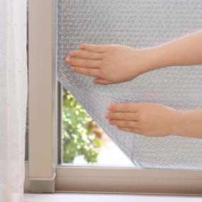 室内のガラス面の油分や汚れ、ホコリを取り除いた後、霧吹きやタオルなどで窓をたっぷりぬらし貼りつける。
