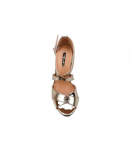Sandalia de tacón. Detalle tiras cruzadas en el empeine. Tacón fino. Cierre mediante pulsera en tobillo. Altura de la suela 11.50 cm. Oro