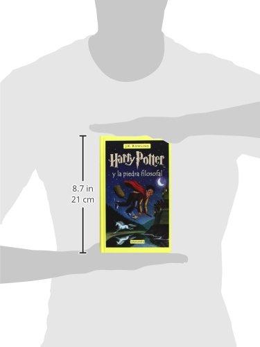 31T3+QpjARL Harry Potter y la piedra filosofal es el primer volumen de la ya clásica serie de novelas fantásticas de la autora británica J.K. Rowling. «Con las manos temblorosas, Harry le dio la vuelta al sobre y vio un sello de lacre púrpura con un escudo de armas: un león, un águila, un tejón y una serpiente, que rodeaban una gran letra H.» Harry Potter nunca ha oído hablar de Hogwarts hasta que empiezan a caer cartas en el felpudo del número 4 de Privet Drive. Llevan la dirección escrita con tinta verde en un sobre de pergamino amarillento con un sello de lacre púrpura, y sus horripilantes tíos se apresuran a confiscarlas. Más tarde, el día que Harry cumple once años, Rubeus Hagrid, un hombre gigantesco cuyos ojos brillan como escarabajos negros, irrumpe con una noticia extraordinaria: Harry Potter es un mago, y le han concedido una plaza en el Colegio Hogwarts de Magia y Hechicería. ¡Está a punto de comenzar una aventura increíble!
