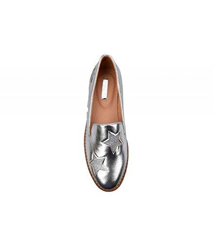 Zapato plano de charol disponible en distintos colores. Detalle de estrellas brillantes en parte delantera. Puntera redonda. Altura de la suela 4.0 cm. Plata