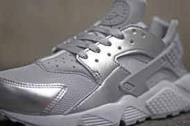 Nike Air Huarache blanc d'argent métallisé
