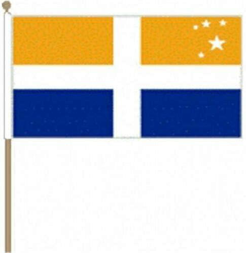Flagmania® 12 Stück Scilly Isles (Kreuz) 30,5 x 45,7 cm große Hand winkende Flaggen + 59 mm Button Badge