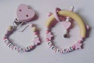 Pack canastilla bebé Sujetachupetes + sonajero personalizado (rosa)