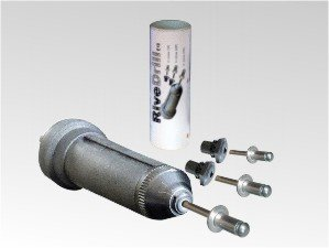 Remachadora RiveDrill E10 para remachar con taladro de baterías. A derechas remacha y a izquierdas expulsa el vástago. Se instala como una broca