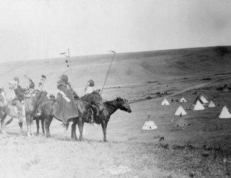 1908 photo Four Atsina Indians on horseback overlooking tepees in valley beyo e8