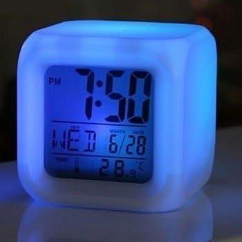 Réveil matin LCD lumineux, réveil cube original à changement de couleurs Petit réveil original multicolore