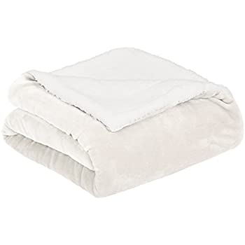 AmazonBasics Soft Micromink Sherpa Blanket - Twin, Cream