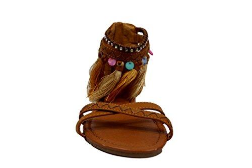 Sandalia plana étnica color camel con borlas. abalorios y brillantes. tiras cruzadas. Camel