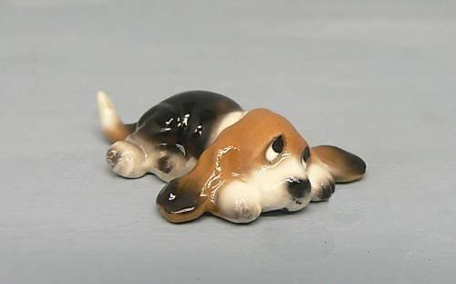 BASSET HOUND Dog Pup Lays Flat Looks Up SUPER MINI Figurine Ceramic HAGEN-RENAKER 3155