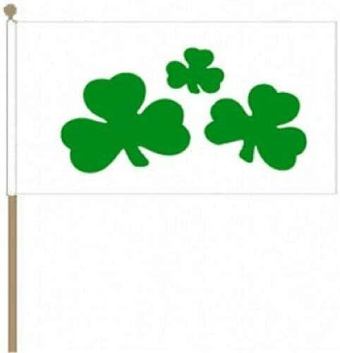 Flagmania® 12 Stück Kleeblatt (Irland) 30,5 x 45,7 cm große Hand winkende Flaggen + 59 mm Button Badge