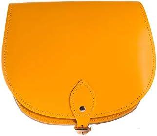 A to Z Leather Bolsos saddle de piel para llevar cruzados o sobre el hombro con cierre de hebilla y correa ajustable. Pueden personalizarse con unas iniciales.