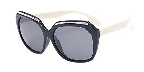 XFentech Unisexe Enfants Polarisées Lunettes de Soleil pour Garçons & Filles Mode Monture en caoutchouc flexible Sport Lunettes Noir/Blanc