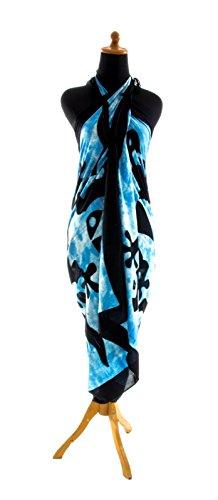 Sarong Pareo Dhoti Lunghi ca. 170cm x 110cm Hell Blau Weiss Batik mit Schwarzem Gecko Motiv Handgefertigt und Kokosnuss Schnalle im Fisch Design