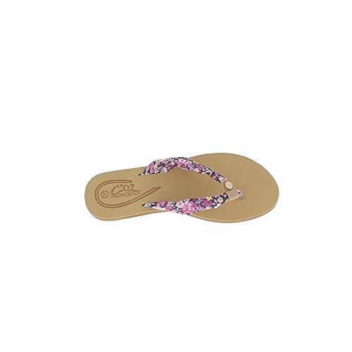 Pies descalzos platos púrpura flores con entre dedo