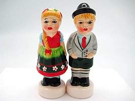 German Boy and Girl Couple Kissing Ceramic Salt and Pepper Shaker Set Essence of Europe Gifts E.H.G SP51