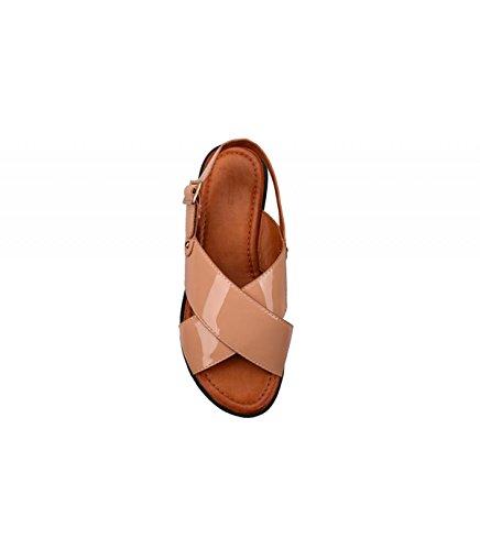 Sandalia plataforma. Detalle de tiras anchas cruzadas en la pala. Suela ancha. Altura suela 5.5 cm. Nude