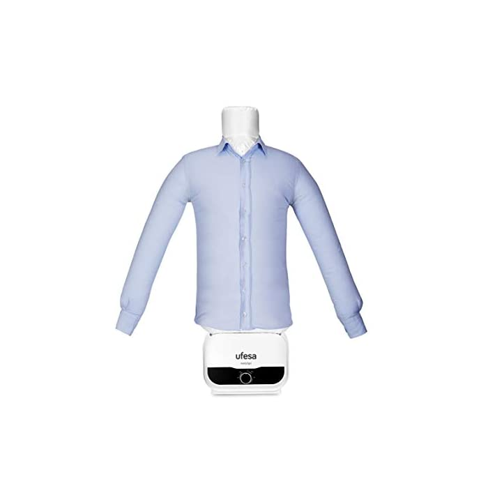 31lAea1FZSL Maniquí de Planchado y Secado Automático de 1200W de potencia.Tiene función 2en1 de secado y planchado de prendas. Elimina arrugas y desodoriza neutralizando olores. Ahorra tiempo y energía, tendrás la ropa seca y planchada en pocos minutos. Tiene temporizador de hasta 3h y la cremallera es ajustable para las tallas S, M, L, XL y XXL. Como accesorio incorpora pinzas de peso para un ajuste perfecto de las prendas. Maniquí de planchado fácil y rápido de montar El maniquí de planchado y secado de ufesa se puede montar de una forma muy fácil y rápida, lo que permite ahorrar tiempo. Es un recurso cómodo, ágil y fácil de utilizar por cualquier miembro de la familia. Cremallera ajustable para tallas S, M, XL, XXL El maniquí se adapta a la talla de camisa o blusa que necesitas, desde una S hasta una XXL. Su sistema de hinchado permite adaptarse a cualquier tipo de camisa, sea grande, mediana o pequeña. Pinzas de peso para un ajuste perfecto Gracias a las pinzas de ajuste, la camisa o la blusa queda perfectamente ajustada al maniquí. De esta forma, evita que se genere ningún tipo de arruga al secar y planchar las prendas, por lo que tiene un resultado profesional. Características destacadas Potencia: 1200W Función 2 en 1: Secado y planchado de prendas Elimina arrugas y desodoriza neutralizando olores Ahorra tiempo y energía: Ropa seca y planchada en pocos minutos Temporizador hasta 3 horas Cremallera ajustable para tallas S, M, L, XL y XXL Accesorios: pinzas de peso para ajuste perfecto de las prendas  Maniquí de planchado