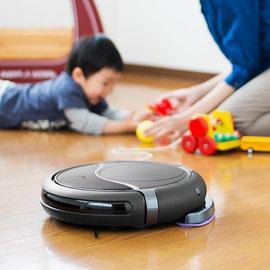 ロボットクリーナーと子供とお母さん