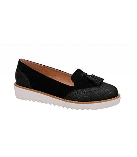Zapato mocasín plano. Detalle de borlas en la pala. Puntera redonda. Altura de la suela 3.0 cm. Negro