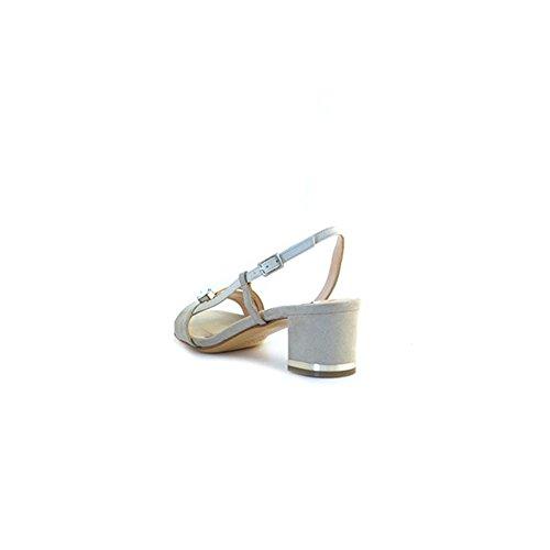 Sandali Albano in camoscio beige, applicazione sulla tomaia, suola in pelle, foderate internamente in pelle, chiusura con cinturino, tacco piazzato da 5cm e fondo con logo.