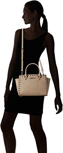 Nuova collezione Borse Donna MICHAEL KORS pre selma stud in pelle saffiano, tracolla removibile, applicazione di borchie, chiusura con zip, una tasca interna con zip, logo a vista sabbia