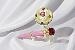 This high-quality, prop-grade replica replica transformation brooch & Disguise pen set is a must have for Sailor Moon fans. The brooch plays the transformation sounds and character voices. Both of them illuminate with LED. Recreate your f...