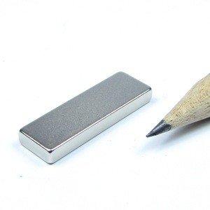 Cuboïde 25, 0 x 8, 0 x 3, 0 mm N40 Nickelé - adhérence 3, 2 kg 0 mm N40 Nickelé - adhérence 3 magnetshop QM-25x08x03-N