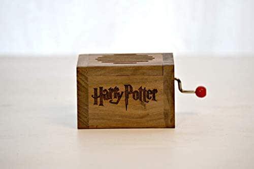 Pequeña caja de música grabada en madera de calidad con la melodía ...