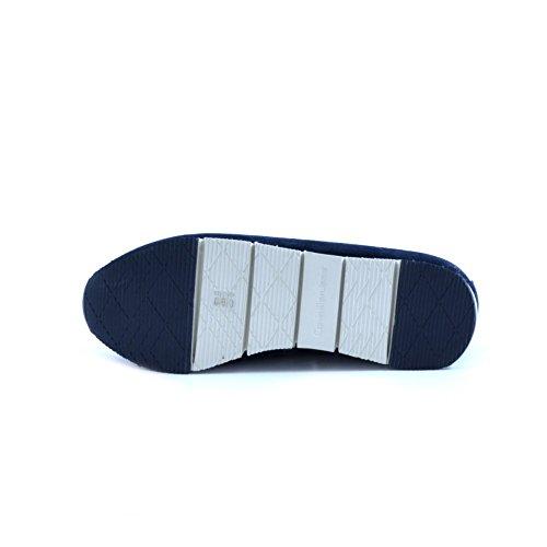 Mocassini Calvi Klein da uomo in camoscio blu. Foderate internamente in pelle. Fondo con rialzo in gomma logata antiscivolo.