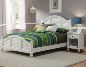 Queen Mahogany Poster - Bermuda White Queen Bed and Night Stand by Home Styles