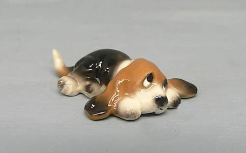 BASSET HOUND Dog Pup Lays Flat Looks Up SUPER MINI Figurine Ceramic HAGEN-RENAKER (Basset Figurine)