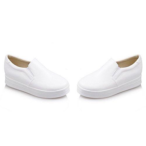 AllhqFashion Damen Rein PU Leder Rund Zehe Mittler Absatz Ziehen auf Pumps Schuhe Weiß