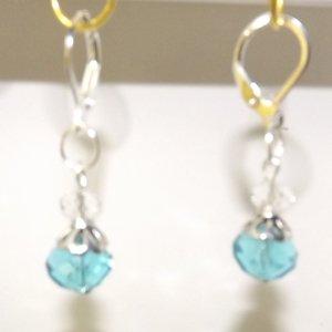 1 PAIRE DE BOUCLES D'OREILLES ARGENTEES- perle bleue- ACCROCHES ARGENTEES