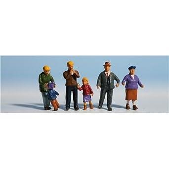 amazon com noch 15930 family meier in winter ho scale model figures