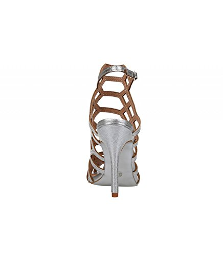 Sandalia de tacón alto color plata. Detalle multitiras en el empeine. Cierre mediante hebilla en la pulsera en el tobillo. Altura del tacón 10 cm. Plata