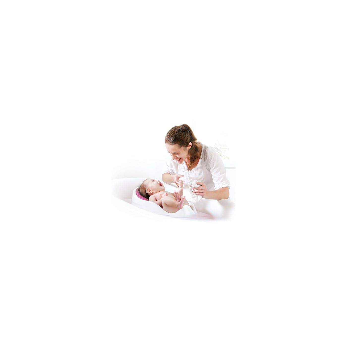 mamá bañando al bebé